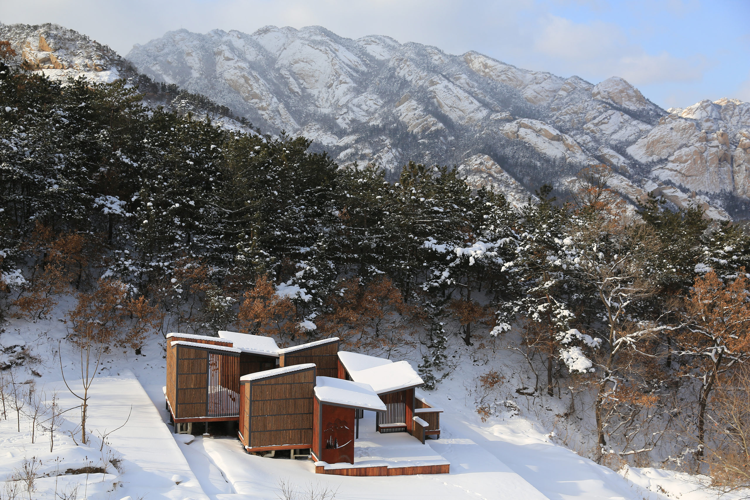 Wooden slat canopy corridor Restroom in the Mountains: Atelier Scale, Yantai, China
